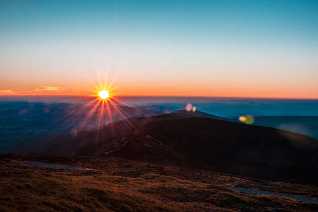 Sněžka sunrays on a mountain photo by Jakub Kriz (@jakubkriz) on Unsplash