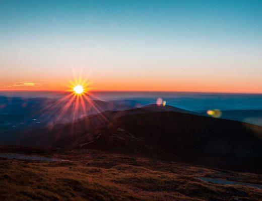 Sněžka sunrays on a mountain photo by Jakub Kriz (@jakubkriz) on Unsplash