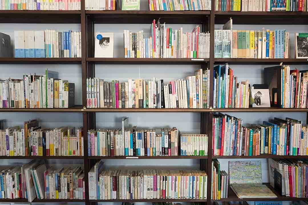 Bookshelf photo by kazuend (@kazuend) on Unsplash